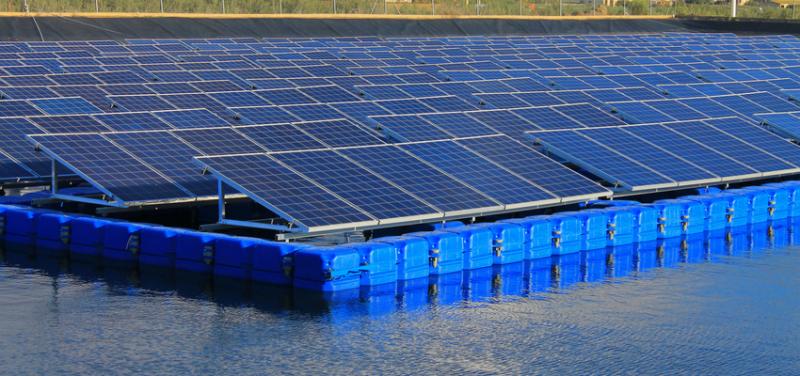 plaques fotovoltaiques damunt l'aigua